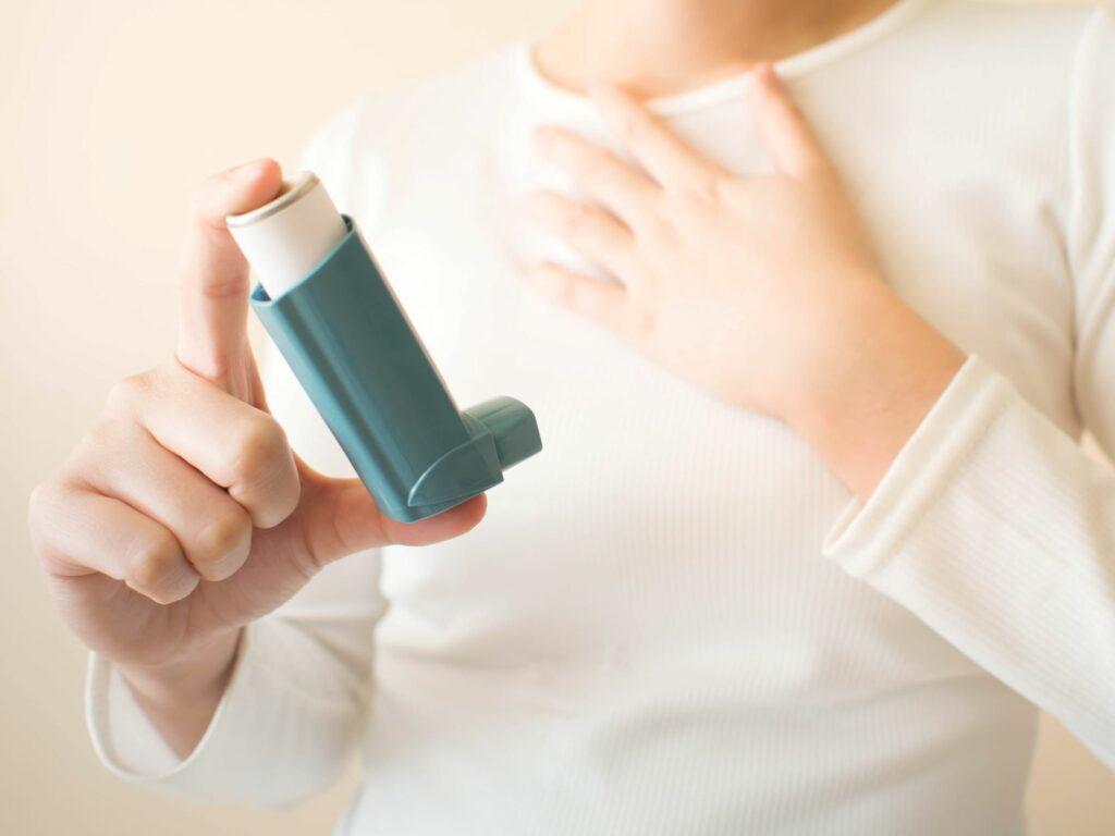 Fotografia de um spray nasal, um medicamento útil para quem tem alergia a gatos